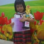 Monica murid TK Tarakanita mendapatkan piala dan sertifikat. Selamat yaaa