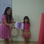 Cindy murid kelas 1 SD Pahoa mendapatkan sertifikat.
