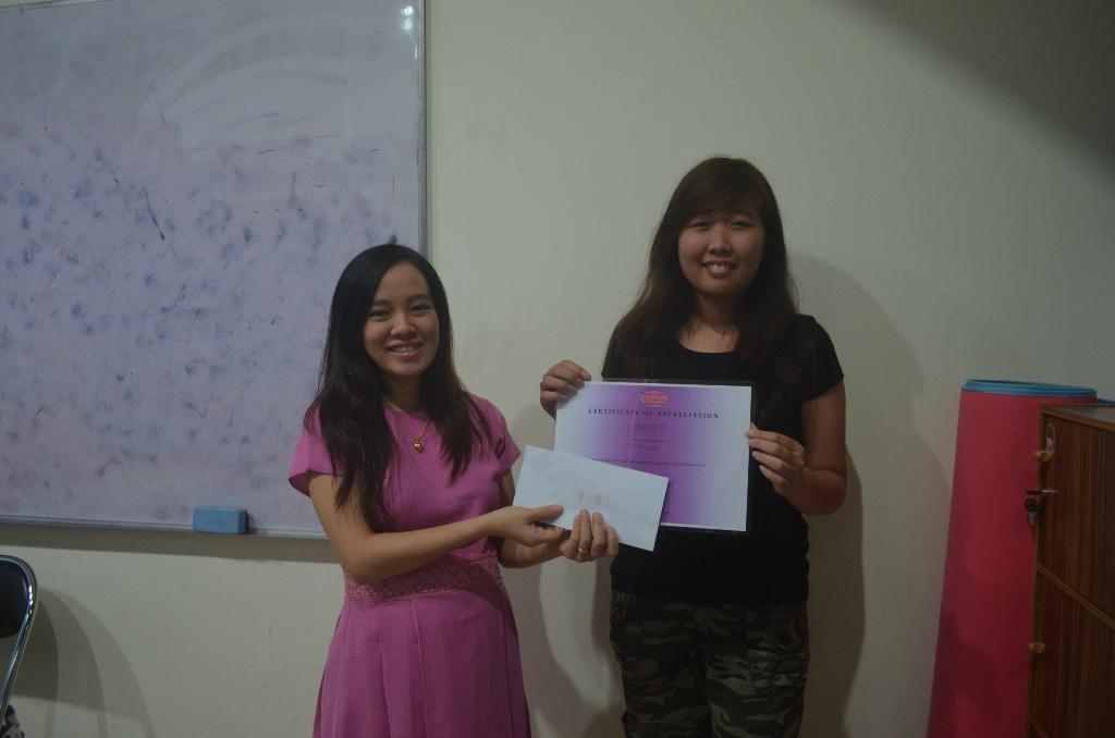 Hanny murid berprestasi mendapatkan sertifikat dan hadiah uang tunai.  Gong xi ni!!!